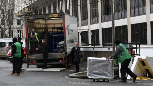 Trabajadores de mudanza en la embajada de Estados Unidos en el centro de Londres