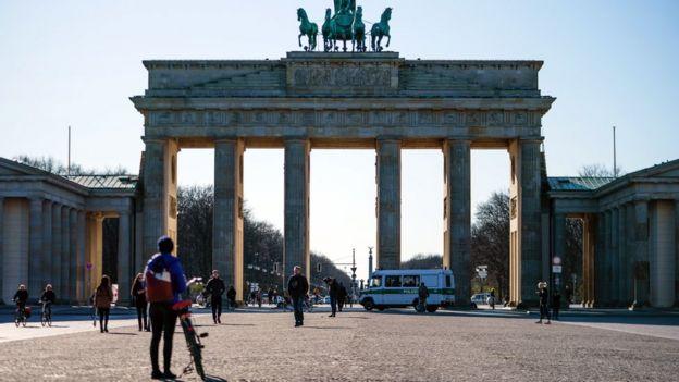 pessoas em frente ao portao de Brandemburgo em Berlín.
