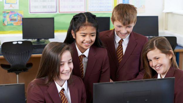 Niños con una computadora