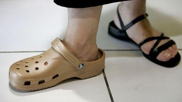 Te parecen feas las sandalias Crocs? Ese es exactamente el