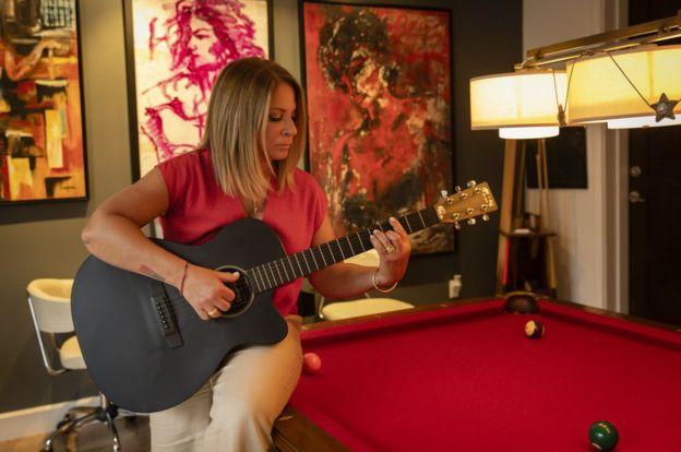 La doctora Polo tocando la guitarra