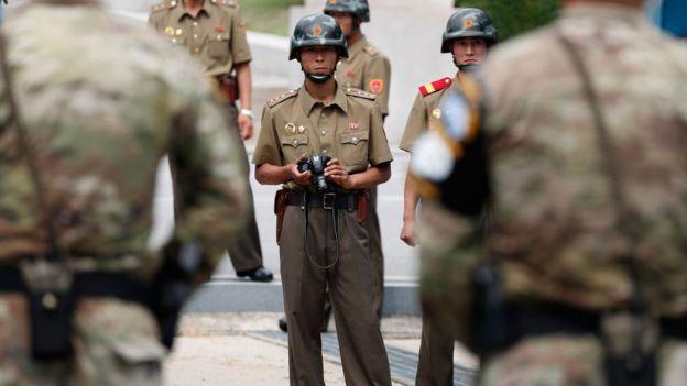 Soldados de las dos Coreas