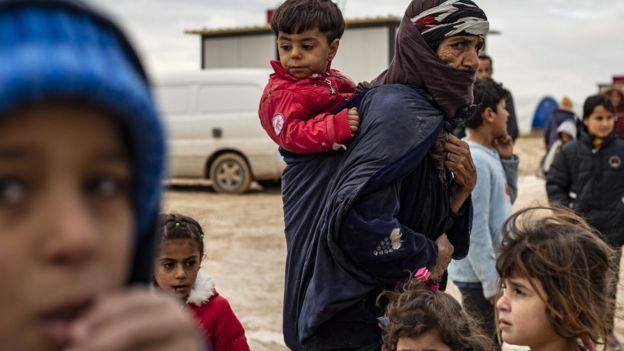 Suriye'nin kuzeyindeki operasyonlar nedeniyle 300 bine yakın Suriyeli evlerini terk etmeye zorlandı.