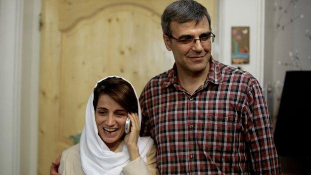 Nasrin Sotoudeh hablando por teléfono, hablando al lado de su esposo, Reza Khandan, en 2013.