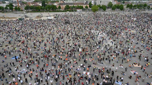 Manifestantes contra las medidas de cuarentena en Stuttgart.