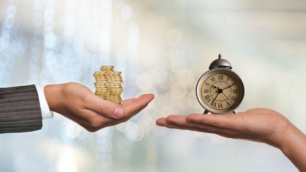 Relógio e moedas