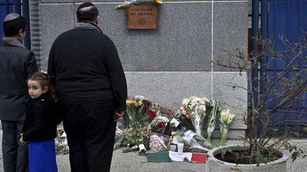 Judíos en México homenajeando a las víctimas de los ataques de París en 2015.