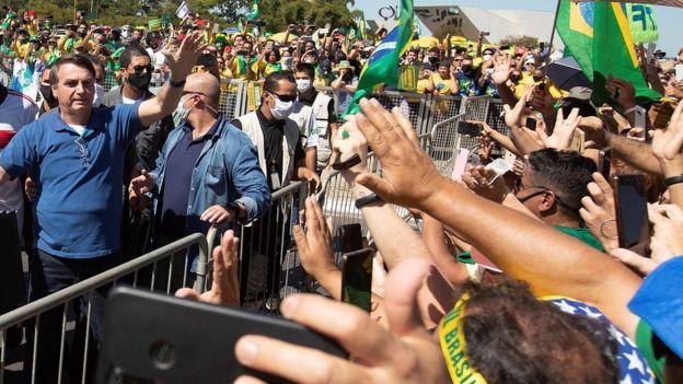 Bolsonaro cumprimenta apoiadores em 31 de maio