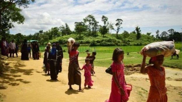 মিয়ানমার থেকে রোহিঙ্গারা দলে দলে বাংলাদেশে ঢুকছে