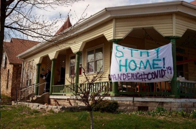 印第安纳州一户人家挂出标语:待在家里!