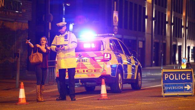 Una mujer y un policía en Manchester