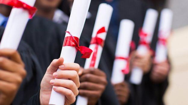 e39a3e0ff Com tantos graduados no mercado, muitos não conseguem exercer suas  profissões