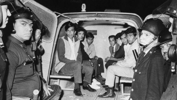 Estudiantes detenidos en Tlatelolco.