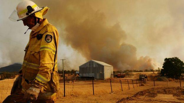 Bombero durante incendios en Australia.