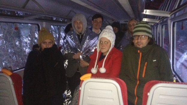 مسافرون علقوا في أحد القطارات نحو 11 ساعة