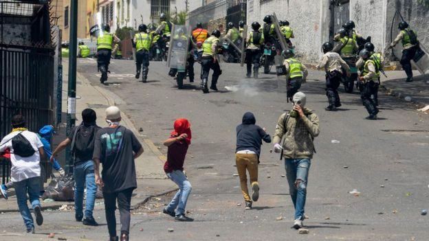 Algunos manifestantes lanzaron objetos contundentes a miembros de la policia durante la marcha opositora.