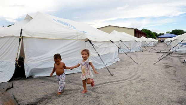 Dos niños en un campo de refugiados para venezolanos en Brasil.
