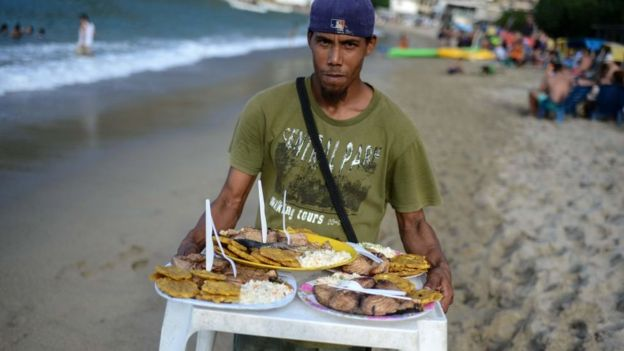 Ir a la playa y comerse un pescado frito es un lujo ya para muchos en Venezuela. Foto: AFP