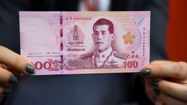 在泰国,踩踏有君主照片的钞票实际上是一种犯罪行为,可能会被关进监狱