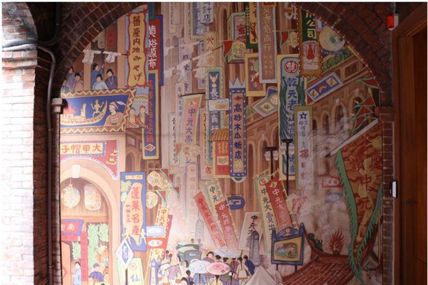 台湾已故作家郭雪湖的名作《南街殷赈》,里头描绘着当年大稻荣的荣景。