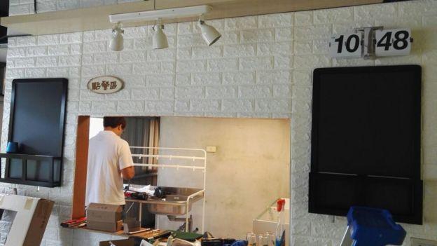 King Kong 爸妈的在台湾的港式餐厅正在装修中。