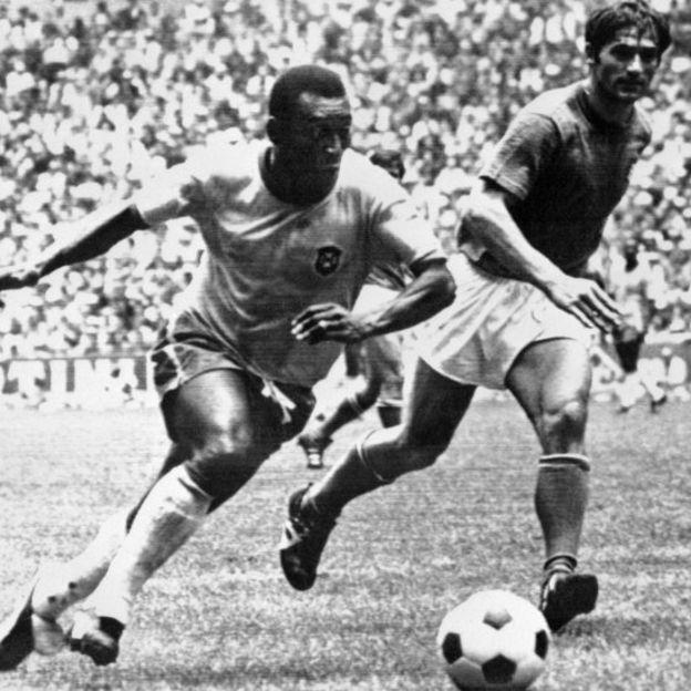 Pelé corre com a bola na Copa de 1970, que foi a primeira na história do futebol a ter cartões vermelho e amarelo