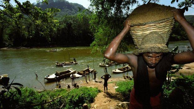 استخراج الرمال من على ضفاف الأنهار في بعض المناطق مثل سريلانكا يتطلب جهدا شاقا