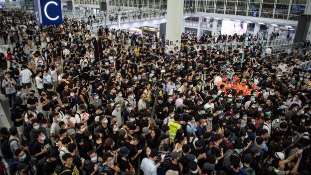 香港机场13日现场,示威者塞满机场大楼,许多旅客无法办理离境。