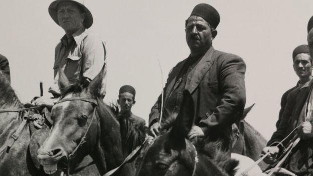 """قاضی ویلیام داگلاس، دوست و مشاور کندی، (نفر سمت چپ) چند بار به ایران سفر کرده بود. او یکی از بزرگ ترین مخالفان شاه بود و خواهان برکناری سفیر """"نوکر صفت"""" آمریکا در تهران بوده"""