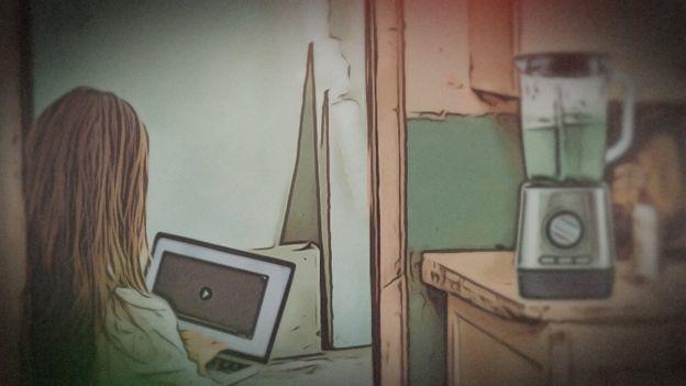 Ilustración de una joven frente a su portátil con una licuadora detrás
