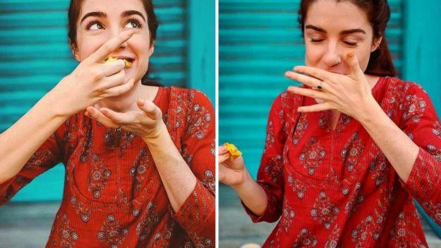 Hailey comendo comida indiana