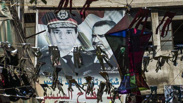 لافتة تجمع بين صورتي السيسي وعبد الناصر