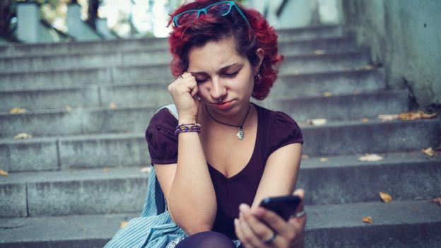 chica joven usando celular