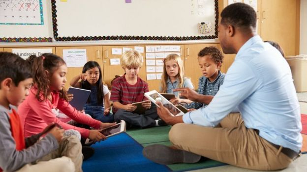 professor com tablet dando aula