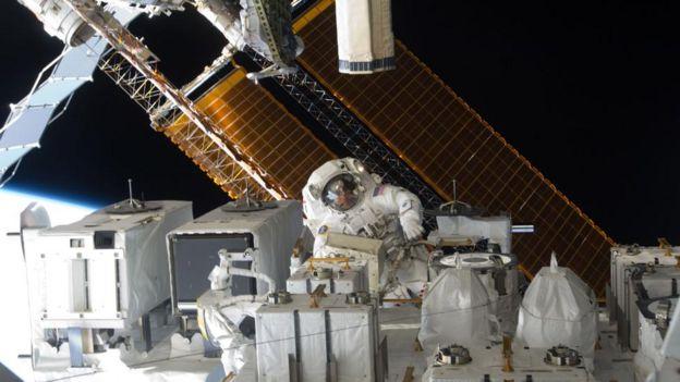 在执盖尔斯香水行太空任务时,唯一外出的方式是进行太空行走,但这很难让人放松。