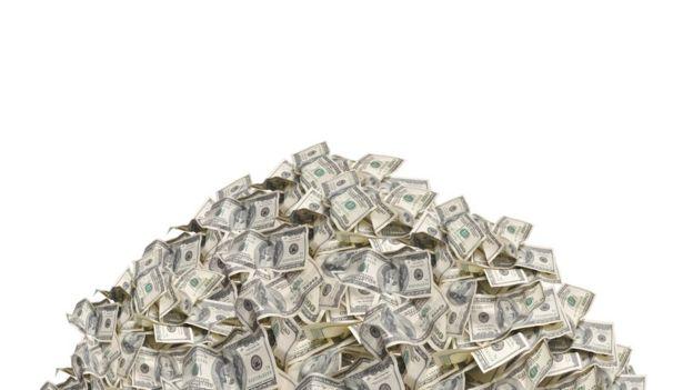 uma pilha de notas de dólar