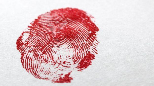 Huella dactilar con sangre