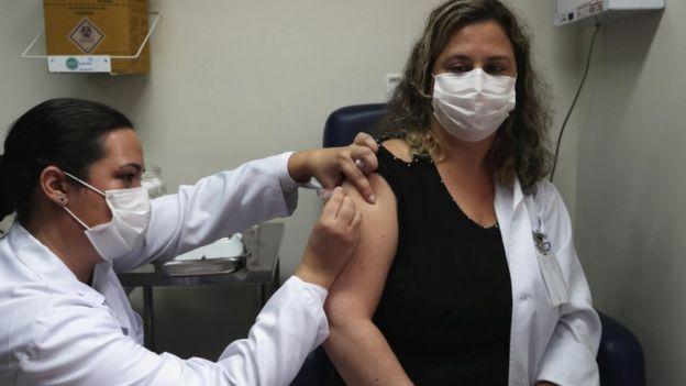 Mulher é vacinada em estudo realizado em São Paulo