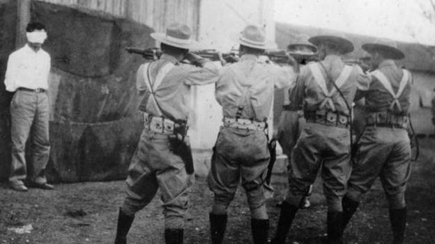 Soldados de Fulgencio Batista ejecutando a un revolucionario en 1956 durante los inicios de la Revolución cubana.