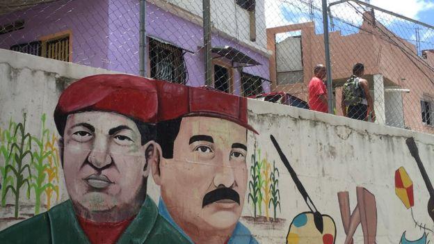 Grafite de Chávez e Maduro em muro do bairro La Vega