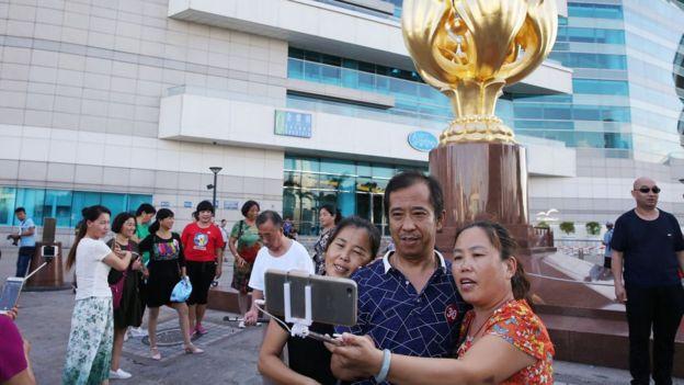 2017年资料图片。大陆游客在香港湾仔留影