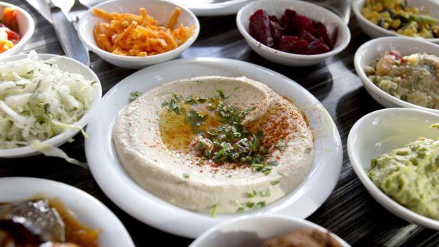 Diferentes platos de humus
