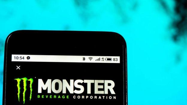 Celular con logo Monster.