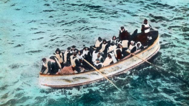 Un bote salvavidas con sobrevivientes del Titanic.