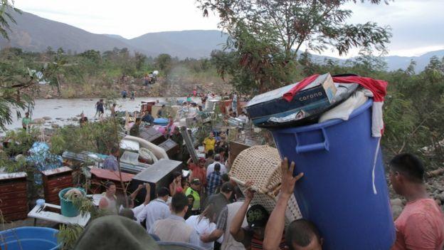 Venezolanos cruzan el río (Foto: Natalio Cosoy/ BBC Mundo)