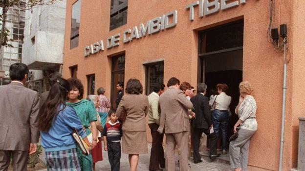 1987'de dolar almak için banka önünde kuyruğa giren Meksikalılar