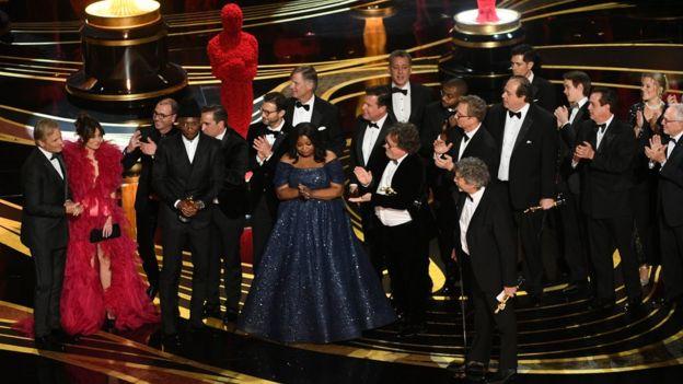 Equipo de Green Book recogiendo el Oscar a mejor película