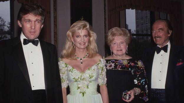 特朗普與其父親弗雷德·特朗普(右一)、母親瑪麗·特朗普(右二)、前妻伊凡娜·特朗普(左二)