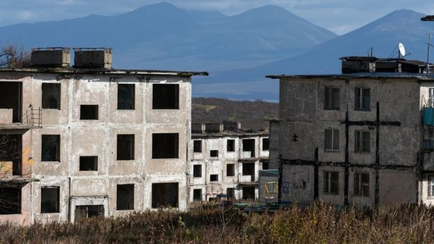 Заброшенные дома в поселке Горный на острове Итуруп