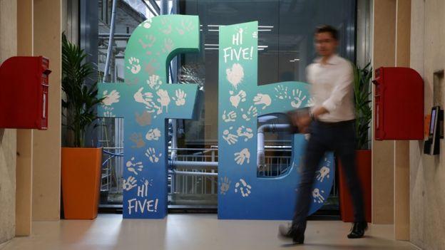 Logo của Facebook tại trụ sở của hãng ở trung tâm London.